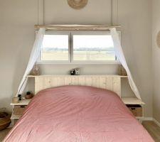 Nouvelle déco pour la chambre parentale, esprit bohème. Tête de lit maison en pin. Sticker de fenêtre personnalisé.