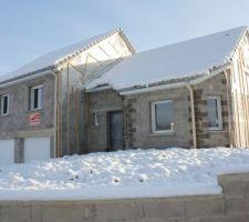 Maison sous la neige mais avec son petit brin de soleil