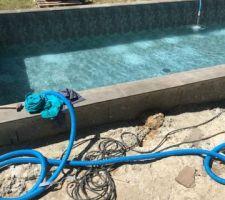 C'est parti on rempli très vite d'eau pour ne pas avoir de pli dans le liner car il faisait très chaud!