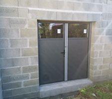 Porte de service double vantaux