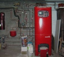 La chaudière avec 2 circuits de chauffage. > radiateurs - pour le bow-window la cuisine la salle de bain et le 1er. > plancher chauffant pour le living > à gauche centrale d'aspiration pour les prises intégrées dans les murs - C'est génial !!