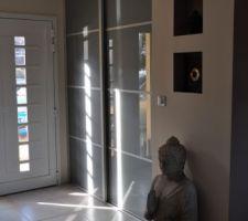 Le placard de l'entrée en place!!! yessssss! en version jour avec soleil.