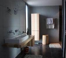 La salle-de-bain du 1er étage. Il manque encore le miroir, les appliques, la suspension et la douchette dans la douche