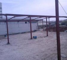 La structure était de 2 hangars alors on a commancer par le premier qui est attacher avec la structure existante pour assurer la stabilité durant le montage.