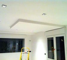 Les spots et les décrochements du plafond.