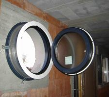 Oeil de Boeuf WC ouvrant à droite, celui de la salle de bain ouvre à gauche.