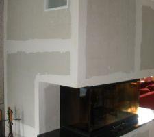 La nouvelle cheminée, son placage, son plan en granit noir du zimbabwe