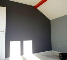 Chambre 2, trois murs/3 nuances de gris et 1 mur blanc. Excellente finission! Bravo à l'équipe des peintres...
