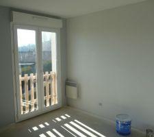 Chambre 2, nuance de gris et de blanc.
