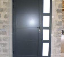 Intérieur de la porte d'entrée.
