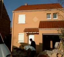 Le 19-01-2011 passage improvisé sur le chantier. Le crépi est terminé. Beau rendu, notre choix de couleur était le bon....