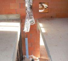 Les gaines pour la clim de l'étage et la trappe d'accès à l'unité intérieure.