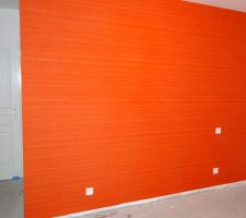 Chambre 2 : papier peint et peinture terminés. Il reste à poser le revêtement de sol qui sera identique à celui de la chambre 1.