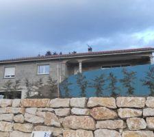 Maison vu sud... avec haie de cyprès et bache de bute...