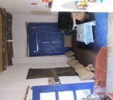 Côté de la cuisine, refait à l'intérieur ; ciment   sable  chaux des murs refaits, plafond traditionnel roseaux et rondins en bois. sol en ciment