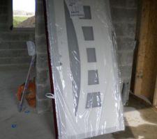 Porte d entree coté interieur rouge a l exterieur (poser demain)