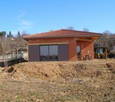 Un peu plus d'an après le début de la construction. Préparation du terrain pour la pelouse.