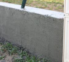Muret en cours d'enduit ciment avant peinture ou crépi rouleau