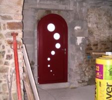 Ne cherchez pas cette porte d'entré sur internet ou des catalogues car nous l'avons fait faire sur mesure par un aluminier.
