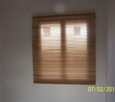 Vue stores fenêtre étage situé à 4 mètres de hauteur, le but masquer le vis à vis avec les voisins sans utiliser un rideau
