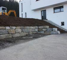 2ème mur en pierre de Tatüren en face du futur abri voiture