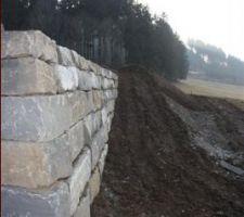 Mur de soutainement en pierre de Tatüren au dessus du chemin d'accès à la terrasse au nord.