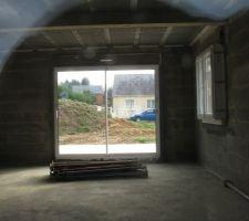 Vue intérieure de la maison en direction de la future salle à manger donnant sur la terrasse