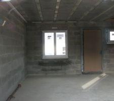 Vue sur l' intérieur de la maison en direction de la fenêtre du futur salon à gauche et porte d'entrée, que tout cela parait petit !!!
