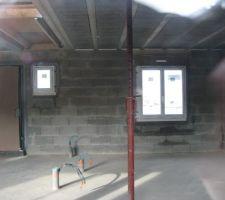 Vue sur fenêtre du futur bureau/chambre à droite, puis fenêtre de l'escalier, et porte d'entrée
