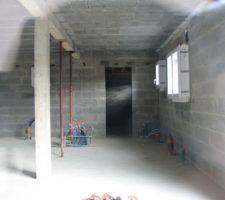 Vue sur intérieur de la maison regard en direction de la future porte de transition entre le cellier et le garage