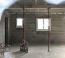 Vue intérieure en direction à droite de la fenêtre du cellier suivi de la fenêtre de la cuisine