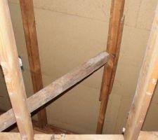 Lors du démontage des plafonds, nous avons découvert qu'un chevron avait vraisemblablement été cassé pendant la construction, et réparé à la va-vite.