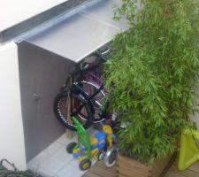 Au moins maintenant les vélos sont discrètement rangé a l'abris