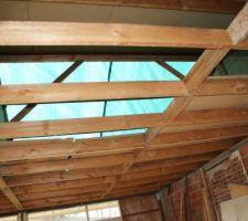 Démontage du plancher supportant le shingle, de l'intérieur, charpente bâchée.