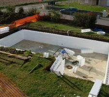 les murs montent et la piscine nous devoile ses dimensions