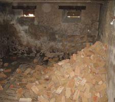 Démolition des espaces intérieurs (remblayage de la cave)