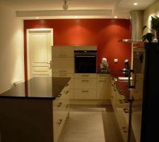 cuisine avec meubles et plan de travail en granit noir brillant cote face ilot