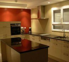 cuisine avec meubles et plan de travail en granit noir brillant