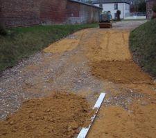 le sable est etale au rateau controle des niveaux a la regle puis compactage le compactage necessite plusieurs remise a niveau