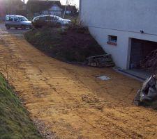 le compactage est termine ce qui donne un premier aspect deja tres correct ce gros travail de mise a niveau evite d avoir un sol au relief aleatoire qui compliquerait le calcul du volume de beton necessaire par la suite