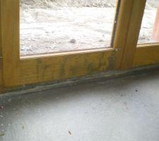 Exemple de menuiserie mal protéger durant le chantier . L'equipe de finition essayera d'effacer les traces à l'aide d'eau oxygénée. résultat discutable . . .