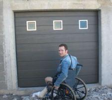 Une des 2 portes de garage vue de plus près, avec moi en fauteuil roulant suite à une chute de toiture.........les galères se cumulent, vous voyez...lol