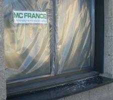 Fenêtre mixte alu-bois MC France avec appui en granit noir poli. Un peu de salissures sur l'appui mais ça part facilement au chiffon doux