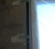 Fixation des fenêtres sur bloc pierre ponce. Les pates de fixations seront recouvertes d'un enduit plâtre. Risque de fissurations à terme?