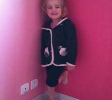 Ma fille qui prends la pose dans sa future chambre.