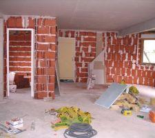 Vu du salon notre cuisine sur la droite et notre chambre sur la gauche.