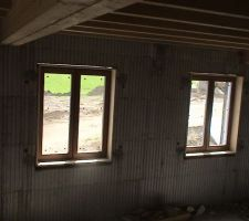 Les murs étant isolés par l'extérieur : 14.5 cm de polystyrène (exterieur), 16 cm de béton, puis 4.5 cm de polystyrène ; pour éviter les ponts thermiques, j'ai placé les menuiseries de sorte que la vitre soit au niveau de la jonction béton-polystyrène extérieur. Coté intérieur j'ai prévu une fourrure bois de 17 cm. Il reste toutefois un pont thermique, car l'appuis de fenêtre est scellé sur le béton du mur. Je n'ai pas trouvé de solution.