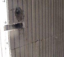 Détail : préparation d'une entaille sur mur intérieur pour scellement de fenêtre