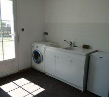 Buanderie terminée. Nous y avons mis le lave-linge, un meuble de 120 cm avec évier 2 bacs   égouttoir, un petit réfrigérateur, un étendage, des casiers pour entreposer le vin et un placard de 150 cm.