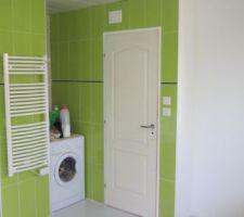 La place pour la machine a laver et sèche linge a été prévu a cette endroit la qui était le mieux approprié tout en restant discret dèrrière la porte